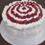 Torta decorata con fragoline di bosco e cioccolato bianco
