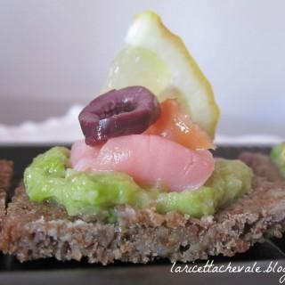 Quadrotti con salmone, crema di lattuga e olive nere