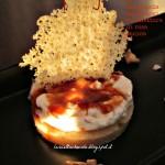 Sablé al parmigiano con mousse al gorgonzola dolce, noci e confettura di rosa canina