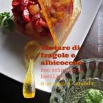 Tartare di fragole e albicocche con sciroppo al basilico, in un angolo di caramello…