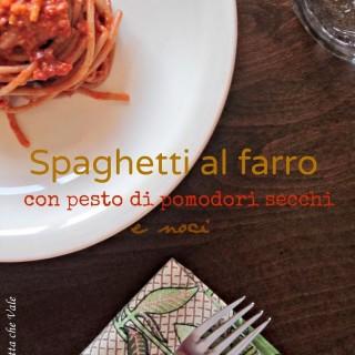 Spaghetti al farro con pesto di pomodori secchi e noci