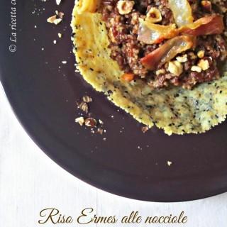 Riso Ermes alle nocciole in cialda di parmigiano e semi di sesamo nero