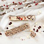 Barrette di cioccolato bianco con popcorn e frutti rossi